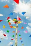 Imagen vertical de las banderas festivas coloridas del empavesado contra, en b Fotografía de archivo
