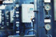 Imagen vertical del primer de barómetros en la planta industrial Imagen de archivo libre de regalías