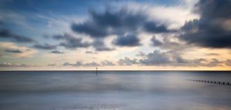 Imagen vibrante del concepto de la exposición larga hermosa del océano en la puesta del sol fotos de archivo