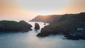 Imagen vibrante imponente del paisaje de la puesta del sol de la ensenada de Kynance en el sur fotografía de archivo libre de regalías