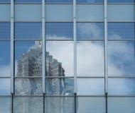 Imagens abstratas espelhadas na parede de vidro Fotos de Stock Royalty Free