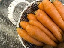 Imagens da cenoura na cesta de fruto, Imagens de Stock