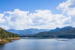 Imagens da opinião do lago recolhidas as montanhas circunvizinhas Imagens de Stock