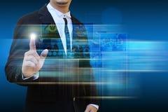 Imagens de alcance do contato do homem de negócios que fluem nas mãos Imagens de Stock Royalty Free
