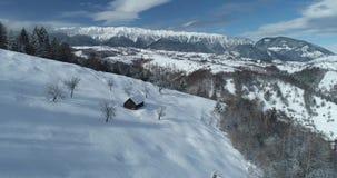 Imagens de vídeo aéreas Carpathian das montanhas 4K do zangão em Romênia filme