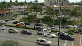 Imagens de vídeo aéreas do zangão de um acidente de trânsito em Hallandale FL vídeos de arquivo