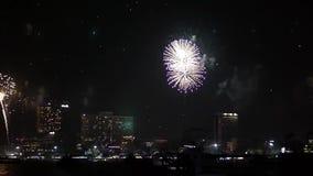 Imagens de vídeo conservadas em estoque HDV Fogos-de-artifício acima da cidade Lanternas chinesas, orelha nova feliz em Ásia, res video estoque