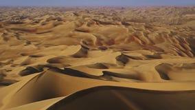 Imagens de vídeo da câmera que voam sobre as dunas e a areia vídeos de arquivo
