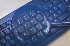 Imagens do close up da lupa no teclado Fotos de Stock Royalty Free