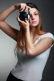 Imagens do tiro da menina do fotógrafo Takin louro atrativo da mulher fotografia de stock royalty free