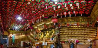 Imagens douradas da Buda do princípio no salão principal do eremitério de Gujoel Pokpoam na cidade de Oegok imagens de stock