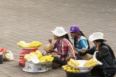 Imagens editoriais ilustrativas Mulher que saling espigas de milho doce em Bali, na estrada do templo foto de stock royalty free