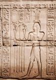 Imagens egípcias e hieroglyphs gravados na pedra Imagem de Stock