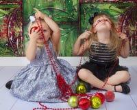 Imagens parvas de Chirstmas das irmãs foto de stock