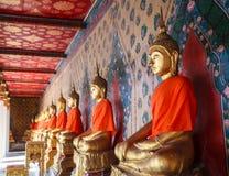 Imagens stuccoed antigas velhas da Buda na atitude de conter o espírito mau de Mara na galeria da capela principal de Wat Arun Th imagem de stock