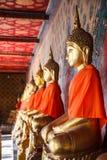 Imagens stuccoed antigas velhas da Buda na atitude de conter o espírito mau de Mara na galeria da capela principal de Wat Arun Th foto de stock