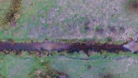 Images aériennes d'une petite rivière dans un pré un après-midi de ressort clips vidéos