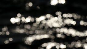 Images abstraites en nature Le bokeh brouillé exposent au soleil l'éclat scintillant sur la surface de l'eau banque de vidéos