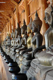 Images de Bouddha avec les cuvettes de l'aumône du moine images libres de droits