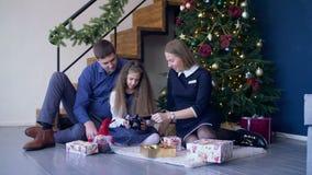 Images de visionnement de famille heureuse sur la caméra à Noël banque de vidéos