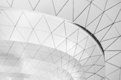 Images noires et blanches minimalistes des traverses intérieures des aéroports images stock