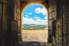 A imaginação da porta do mundo de fantasia da porta de saída do castelo do panorama da porta da paisagem da entrada aventura-se Fotografia de Stock Royalty Free