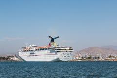 Imagination de carnaval de bateau de croisière accouplée dans le port d'Ensenada photographie stock