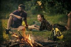 Imagination de secrets de couples La brûlure de flamme de feu et la femme brouillée d'homme détendent sur la nature photographie stock libre de droits