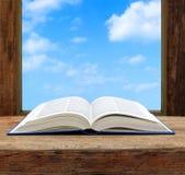 Imagine o céu da janela aberta da página do livro do conceito imagem de stock royalty free