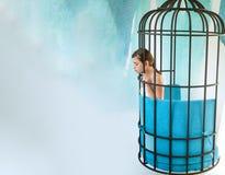 Imagintion e inspiración diseño moderno de los muebles y comodidad casera mujer del preso en jaula esclavo de la moda en cautiver fotos de archivo libres de regalías