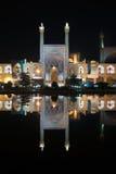 Imama meczet odbijał w basenie nocą, Isfahan, Iran zdjęcie stock