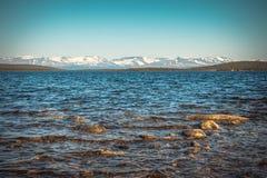 Imandra nordligt landskap för sjö- och Hibiny berg Arkivbild
