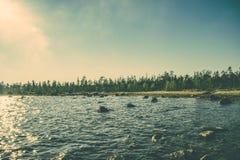 Imandra See- und Tundrawaldnordlandschaftsschwermütige Landschaft Lizenzfreie Stockfotos