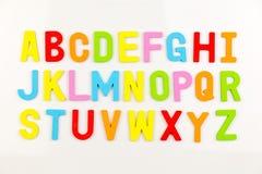 Imanes del alfabeto en whiteboard fotos de archivo