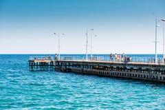 IMASSOL CYPR, Kwiecień, - 01, 2016: Ludzie chodzi molo na s Zdjęcia Stock