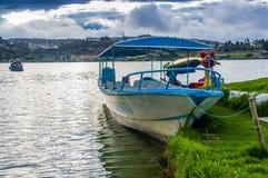 IMBABURA,厄瓜多尔2017年9月03日:一小船parket的室外看法在Yahuarcocha湖边界的,与其他鸭子小船 免版税库存图片