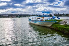 IMBABURA,厄瓜多尔2017年9月03日:一小船parket的室外看法在Yahuarcocha湖边界的,在一多云天 库存照片
