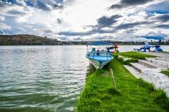 IMBABURA,厄瓜多尔2017年9月03日:一小船parket的室外看法在Yahuarcocha湖边界的,在一多云天 库存图片