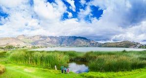 IMBABURA,厄瓜多尔2017年9月03日:享受Yahuarcocha湖的美丽的景色的未认出的人民和 库存图片