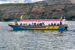 IMBABURA ECUADOR SEPTEMBER 03, 2017: Oidentifierat folk i fartyget som tycker om sikten av Yahuarcocha sjön, från ett fartyg Royaltyfria Foton