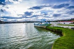 IMBABURA ECUADOR SEPTEMBER 03, 2017: Utomhus- sikt av en fartygparket i Yahuarcocha sjögränsen, i en molnig dag Royaltyfri Fotografi