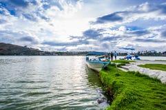 IMBABURA, ECUADOR 3 SETTEMBRE 2017: Vista all'aperto di un parket della barca nel confine del lago Yahuarcocha, in un giorno nuvo Fotografie Stock