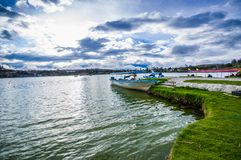 IMBABURA, ECUADOR 3 SETTEMBRE 2017: Vista all'aperto di un parket della barca nel confine del lago Yahuarcocha, in un giorno nuvo Fotografia Stock Libera da Diritti