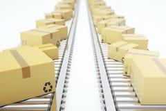 Imballa la consegna, servizio di imballaggio e sparte il concetto di sistema di trasporto, scatole di cartone sul nastro trasport Immagini Stock Libere da Diritti
