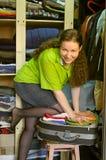 imballa la donna del guardaroba di cose della valigia Fotografie Stock Libere da Diritti