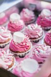Imballaggio del bigné, scatola di consegna, bigné della vaniglia con la crema bianca e di rosa immagini stock libere da diritti