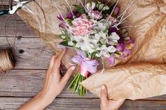 Imballaggio del mazzo rustico dai gillyflowers e dal alstroemeria sulla o Fotografie Stock