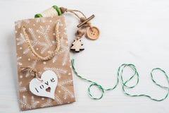 Imballaggio del regalo di Natale, avvolgente cordicella Fotografia Stock