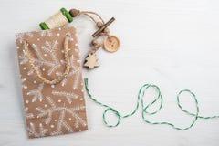 Imballaggio del regalo di Natale, avvolgente cordicella Immagine Stock Libera da Diritti