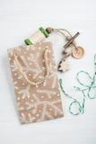 Imballaggio del regalo di Natale, avvolgente cordicella Fotografie Stock